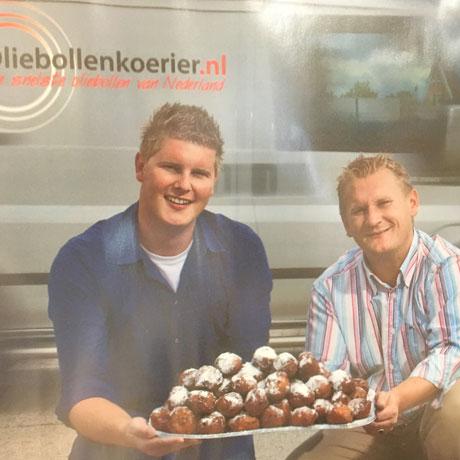 Jeffrey en Peter met een schaal vol oliebollen van Oliebollenkoerier